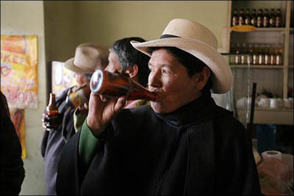 Colombianos tomas cerveza en un bar.