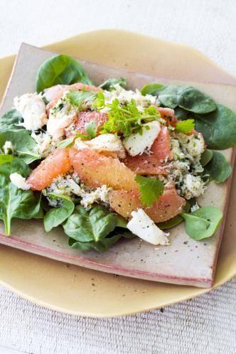 19 - Ensalada de brotes verdes con surimi, pomelo y queso - Ingredientes:  - 1 bolsa de brotes verdes - 1 pomelo - 6 barritas de surimi - 50 g de queso azul - 50 g de queso parmesano rallado