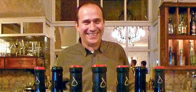 Raül Bover posa junto a sus vinos Castell d´Encus.