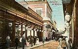 17 - A comienzos del siglo XX, La Habana es una hermosa ciudad, fina en arquitectura, de exquisita herrería barroca y una tremenda fuerza de cromatismo en sus paredes. En la bulliciosa calle del Obispo, atrae a las lindas de siempre La Piña de Plata.