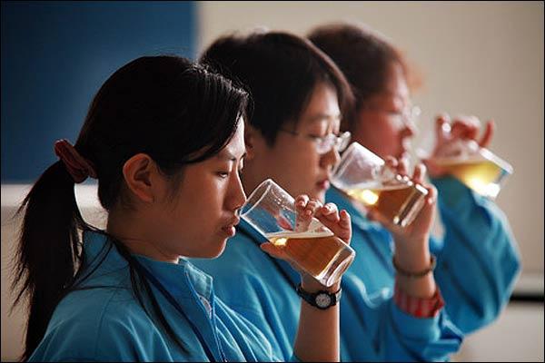 Catadoras chinas de cerveza.