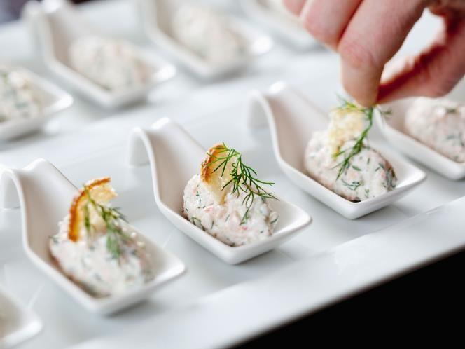 23 - Dip de surimi - Ingredientes:  - 150 g de surimi - 100 g de cebollino - 250 g de queso crema - 4 cucharadas de aceite de oliva - 1 cucharadita de sal - Pimienta