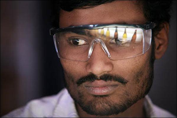 Obrero de una cervecería en India.