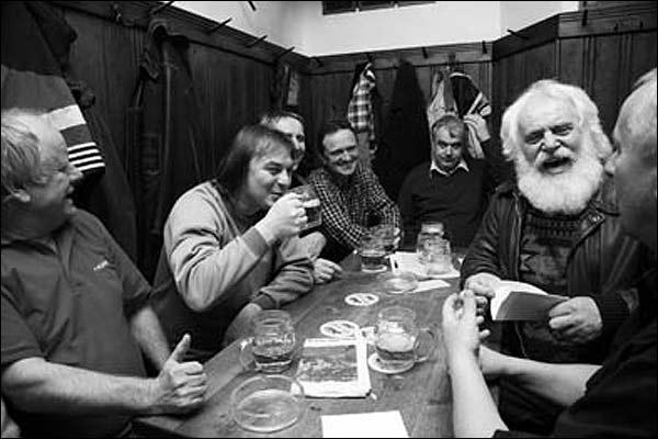 Un grupo de amigos en un bar de Praga, República Checa.