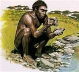 """03 - Hace 1 millón de años, el Homo Habilis, Australopitecos, talla piedras para """"Fabricar """"herramientas muy sencillas, es más hábil con sus manos, este hecho hace que se acelere la evolución de su cerebro."""