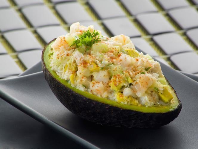 25 - Aguacate relleno de surimi - Ingredientes:  - 1 aguacate - 9 palitos de surimi - 1 cebolleta - Zumo de medio limón - 6 cucharadas de mahonesa - Sal - Pimienta